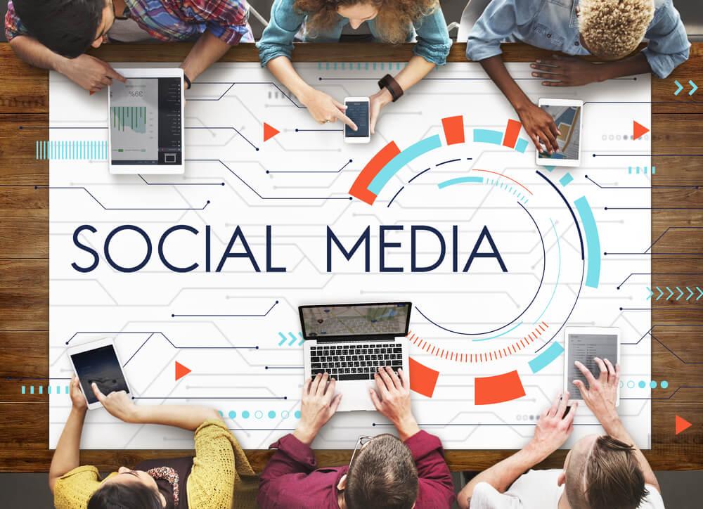 mesa com social media trabalhando